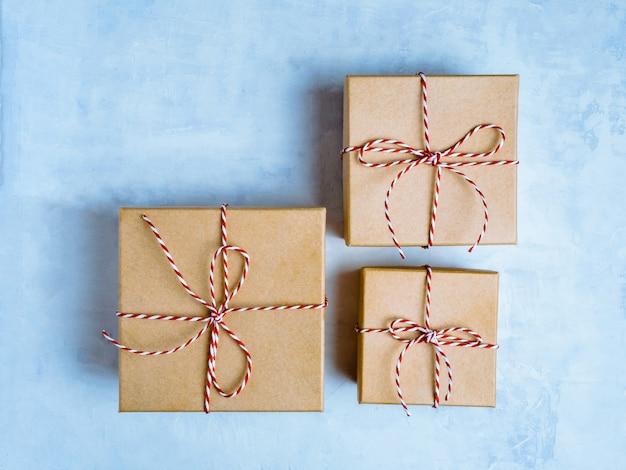 Zapakowane pudełko ozdobne w kolorze jasnoniebieskim. skopiuj miejsce