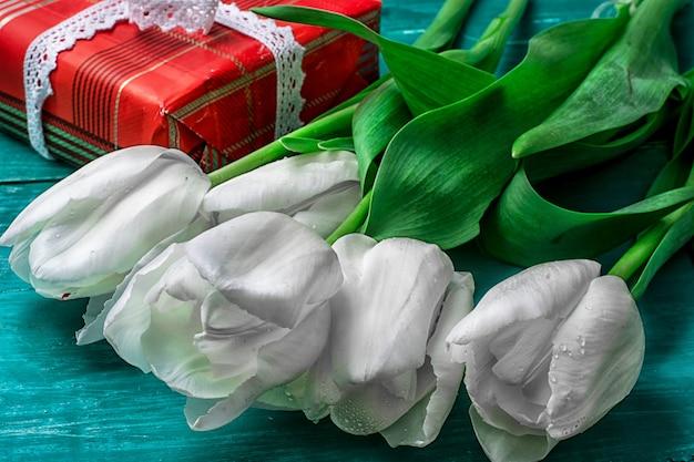 Zapakowane pudełko w bukiet białych tulipanów