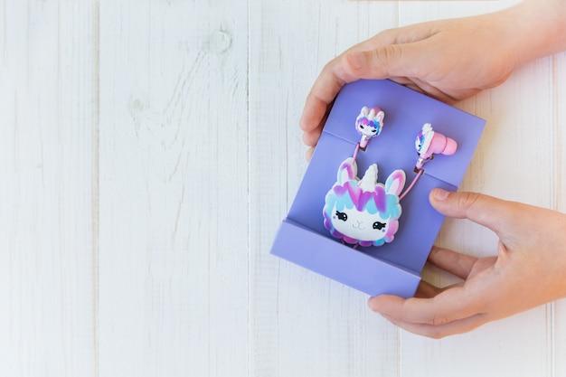 Zapakowane słuchawki jednorożec lama dla dzieci w fioletowym opakowaniu