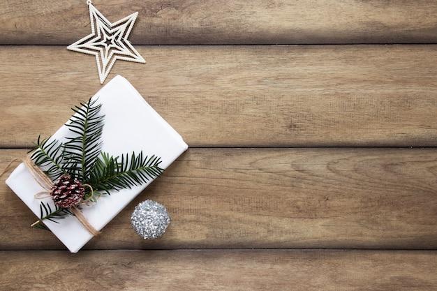 Zapakowany biały prezent z dekoracjami i miejsca na kopię