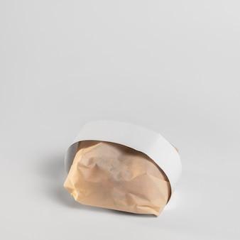 Zapakowany burger pod wysokim kątem z miejscem na kopię