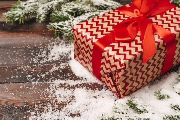 Zapakowany prezent na tło ferii zimowych z miejsca na kopię