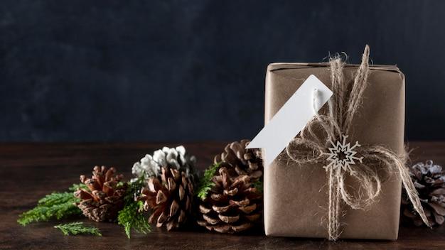 Zapakowany prezent z pustą metką i dekoracjami