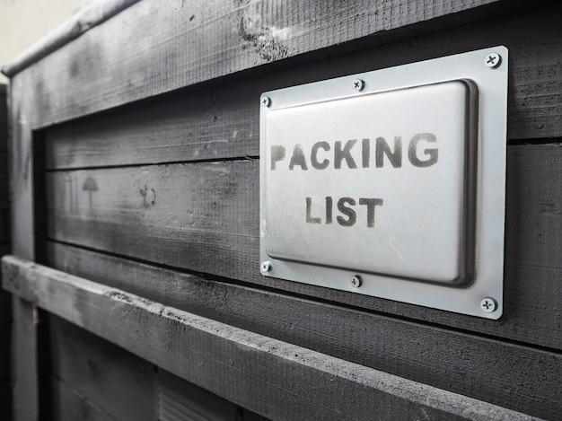 Zapakowany w drewniane szare pudełko. opakowanie towaru. lista rzeczy do spakowania.