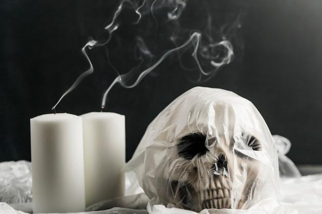 Zapakowany w plastikową torbę czaszki z białymi świecami