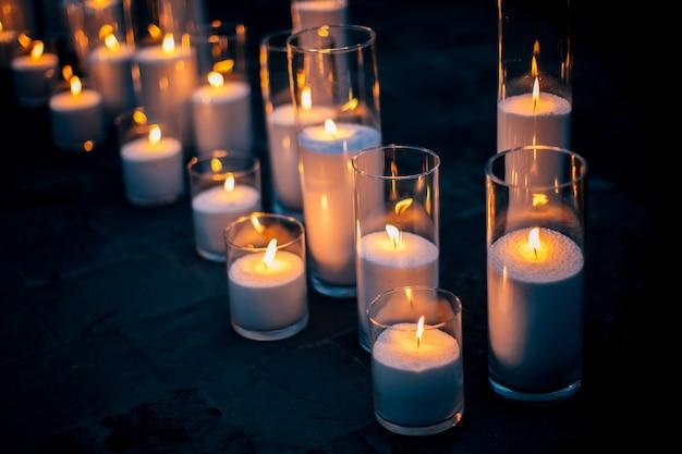 Zapalane świece o różnych rozmiarach