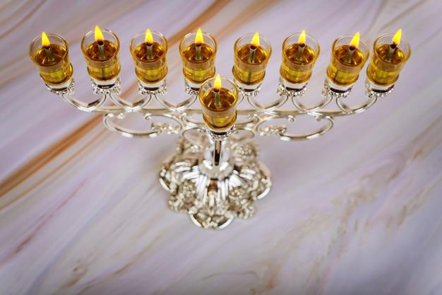 Zapalanie świec w menorze na święto chanuki na festiwalu żydowskim