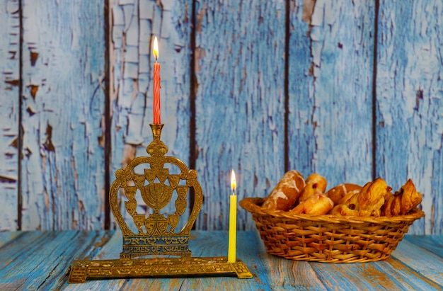 Zapalenie pierwszej świecy na hanukkahofie płonący świecznik chanuka ze świecami menora