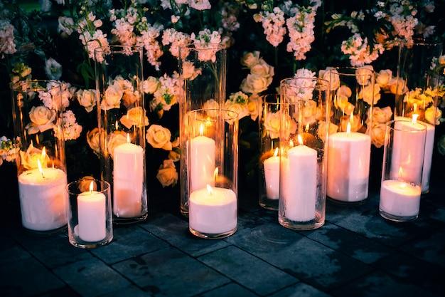 Zapalone świece i różowe kwiaty