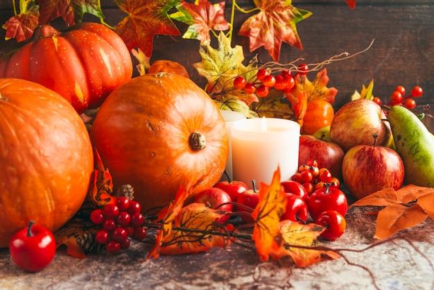 Zapalone świece wśród jesiennych zbiorów