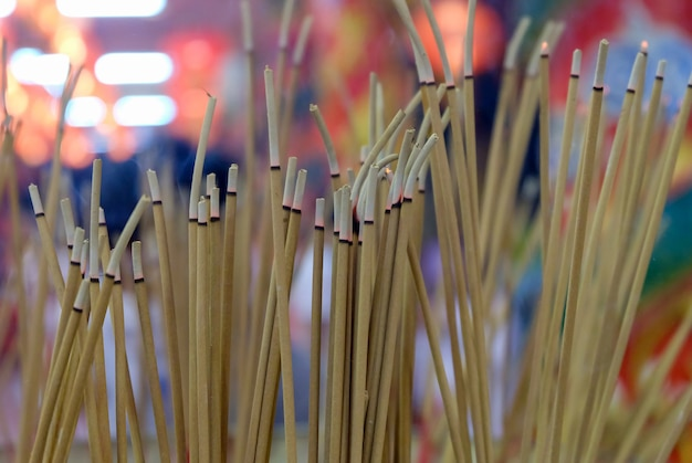 Zapalono dużo kadzideł podczas ceremonii religijnych w sanktuarium, azjatyckie wierzenia dotyczące buddyjskich rytuałów,