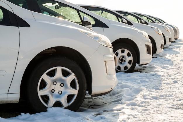 Zaparkowane samochody na działce. wiersz nowych samochodów na parkingu dealera samochodów. motyw rynku samochodów na sprzedaż.