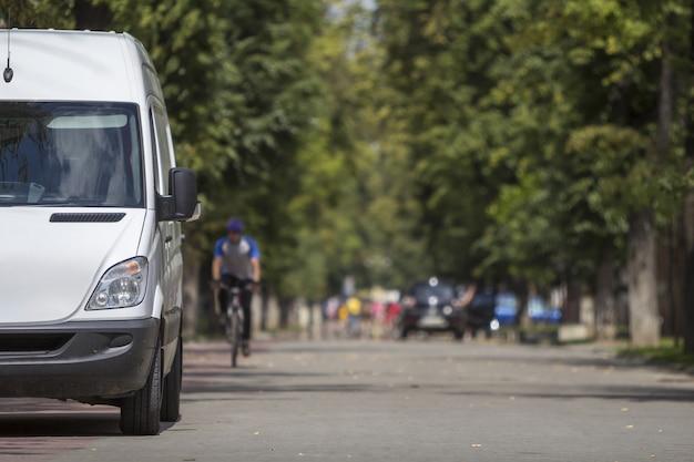 Zaparkowany biały van na ulicy