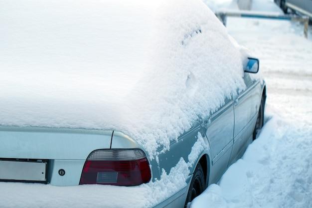 Zaparkowany samochód po zimowej zamieci