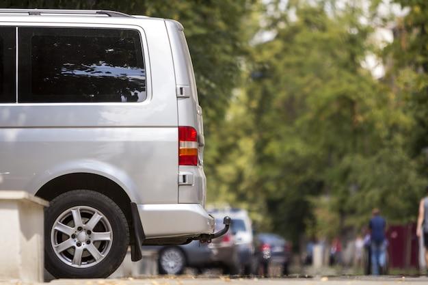 Zaparkowany srebrny van na ulicy