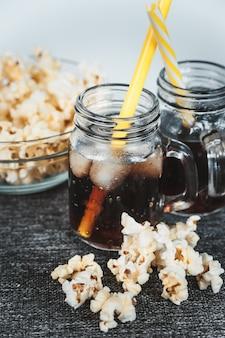 Zaparowane butelki coli z lodem i świeżą kukurydzą