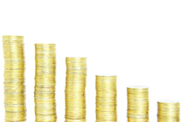 Zapas monet na białym tle