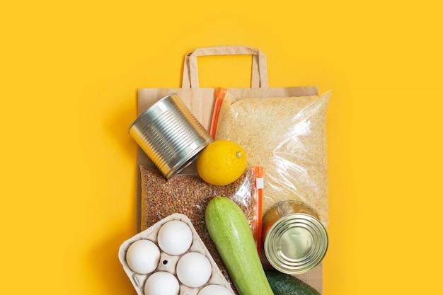 Zapasy żywności na papierowej torbie. darowizna, dostawa żywności.