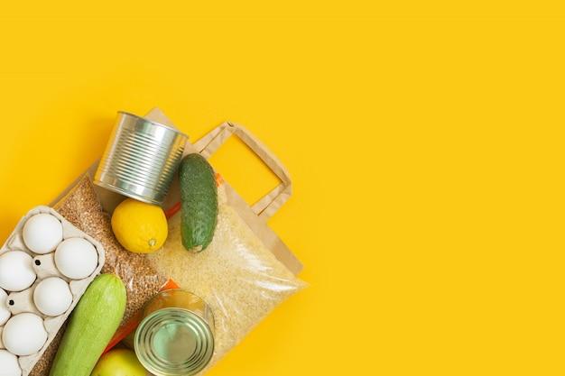Zapasy żywności na papierowej torbie. dostawa jedzenia.