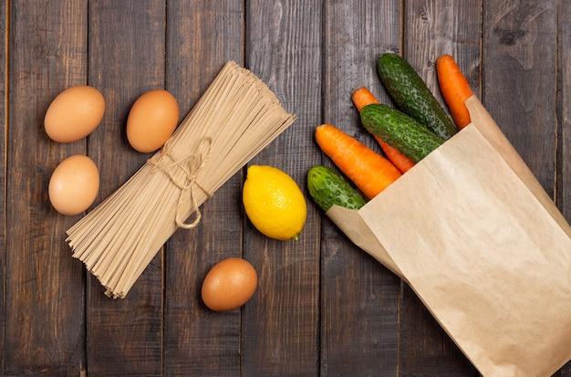 Zapasy żywności. warzywa, jajka i makaron.