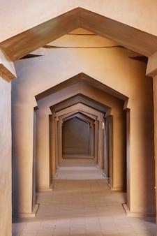 Zapętlone wnętrze drzwi wewnątrz wieży sugong w turpan. największa starożytna wieża islamska w turpan xinjiang w chinach.