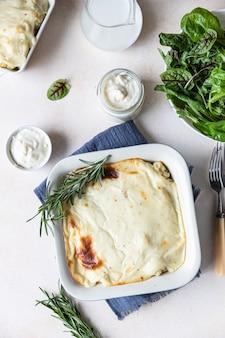 Zapiekanka kalafiorowa z kurczakiem i sosem beszamelowym w naczyniu do pieczenia