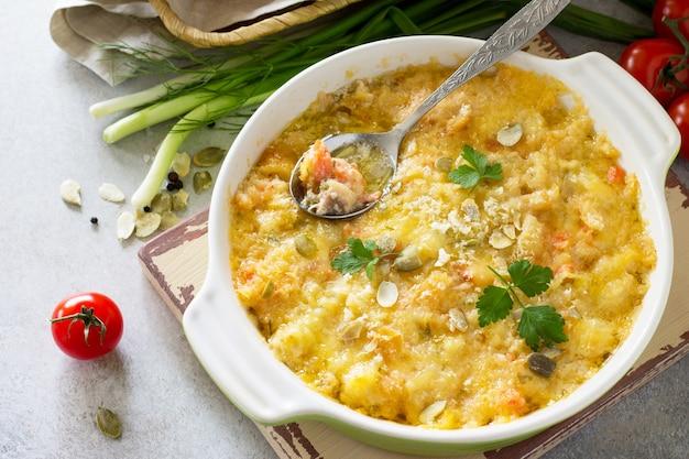 Zapiekanka z kruszonką z czerwonym rybnym białym chlebem i serem na kamiennym tle zdrowy styl życia