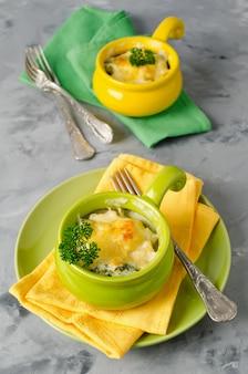 Zapiekanka z makaronem, kurczakiem i brokułami