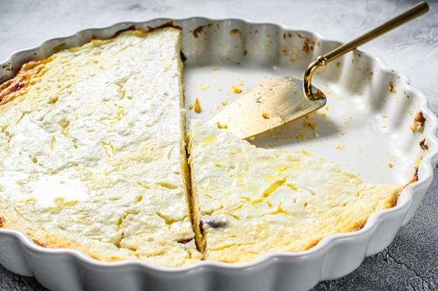 Zapiekanka z twarogu w naczyniu do pieczenia