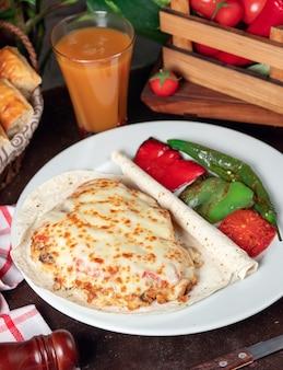 Zapiekanka ziemniaczana (pieczone ziemniaki ze śmietaną i serem) z lavash i grillowanym czerwonym zielonym pieprzem