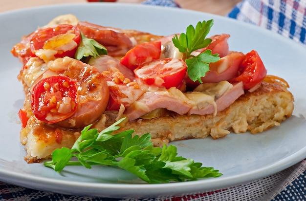 Zapiekanka ziemniaczana - pizza z kiełbasą, pieczarkami i pomidorami