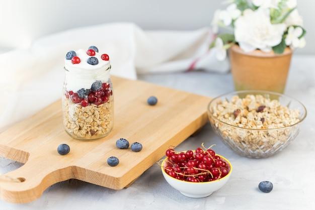 Zapiekany jogurt musli i jagody w szklanym słoiku