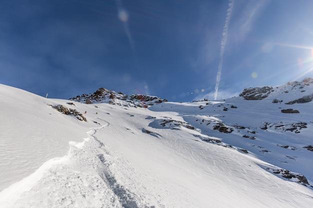 Zapierająca dech w piersiach górska sceneria pokryta pięknym białym śniegiem w sainte foy we francuskich alpach