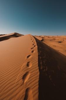 Zapierająca dech w piersiach pustynia pod błękitnym niebem uchwycona w maroku