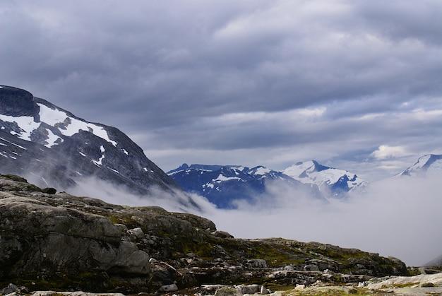 Zapierająca dech w piersiach sceneria pięknej atlanterhavsveien - atlantic ocean road, norwegia
