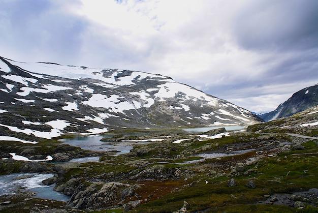 Zapierająca dech w piersiach sceneria pięknej atlanterhavsveien w norwegii