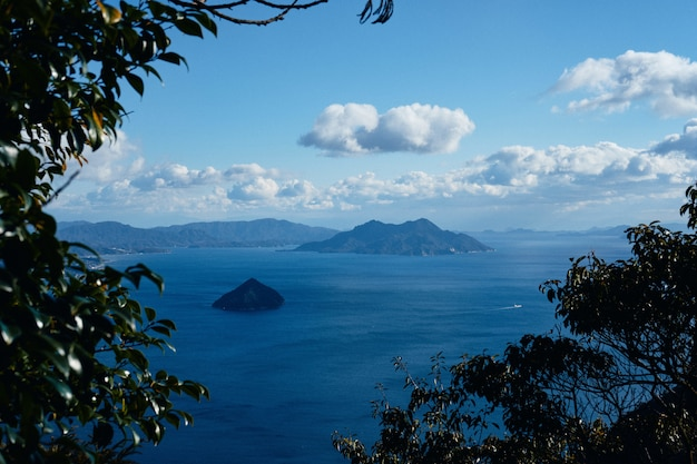Zapierająca dech w piersiach sceneria słynnego historycznego morza seto-inland-sea w japonii