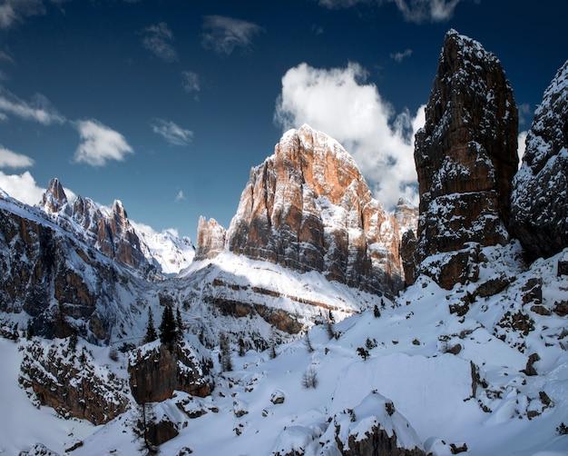 Zapierająca dech w piersiach sceneria śnieżnych skał w dolomitach, włoskich alpach zimą