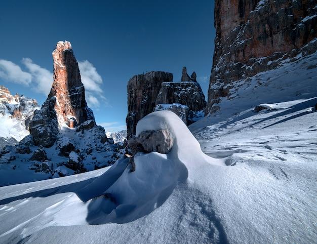 Zapierające dech w piersiach krajobrazy śnieżnych skał w dolomitach, włoskich alpach zimą