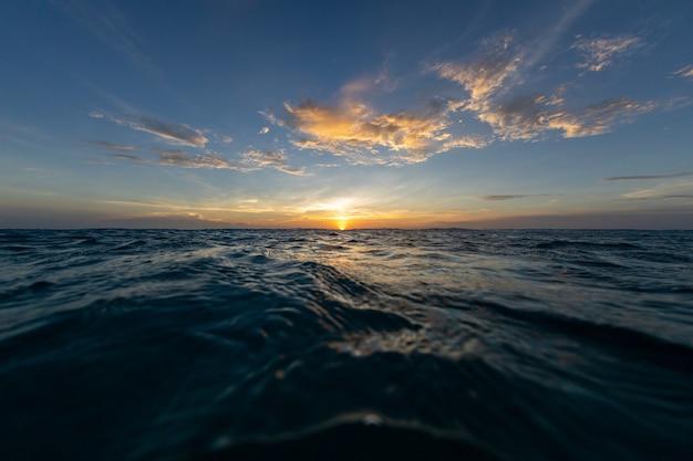 Zapierające dech w piersiach krajobrazy zachodzącego słońca nad oceanem na bonaire na karaibach