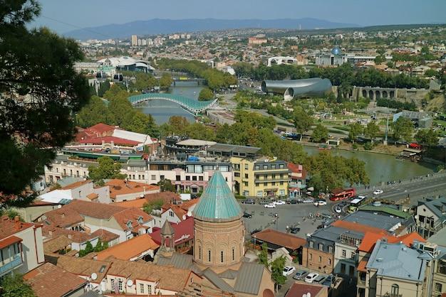 Zapierające dech w piersiach panoramiczny widok z tbilisi, stolicy kraju georgia