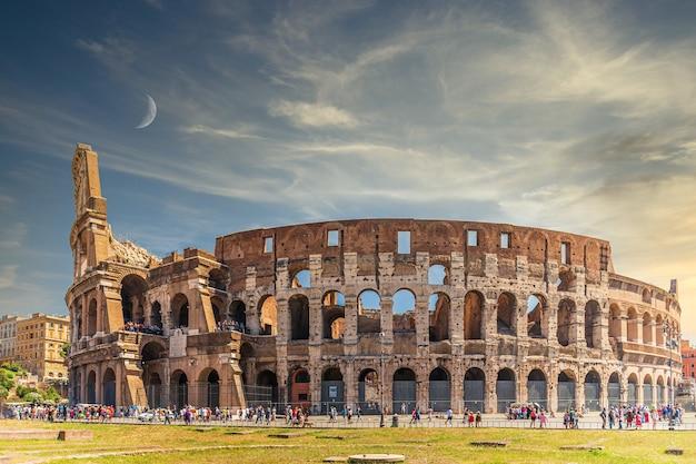 Zapierające dech w piersiach ujęcie amfiteatru koloseum w rzymie, włochy
