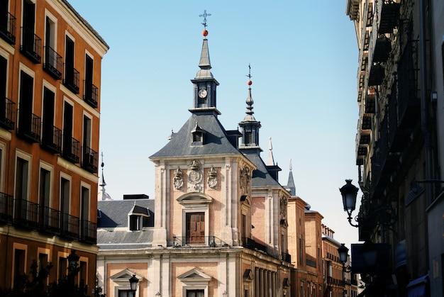 Zapierające dech w piersiach ujęcie elewacji historycznych budynków uchwyconych w madrycie w hiszpanii