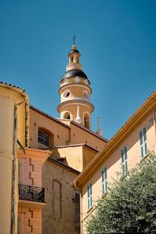 Zapierające dech w piersiach ujęcie elewacji starych budynków uchwyconych w mieście menton we francji