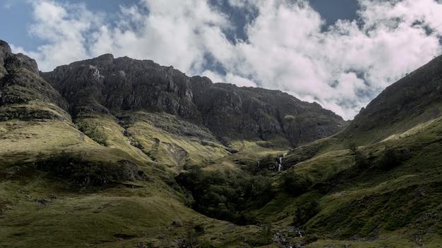 Zapierające dech w piersiach ujęcie gór glencoe w szkocji przy pochmurnej pogodzie