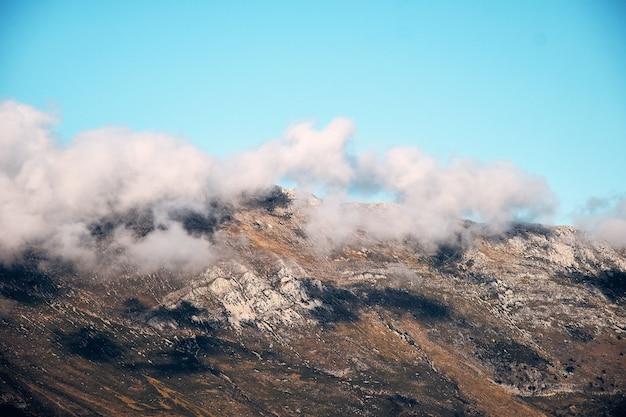 Zapierające dech w piersiach ujęcie górskiego krajobrazu pod zachmurzonym niebem na francuskiej riwierze