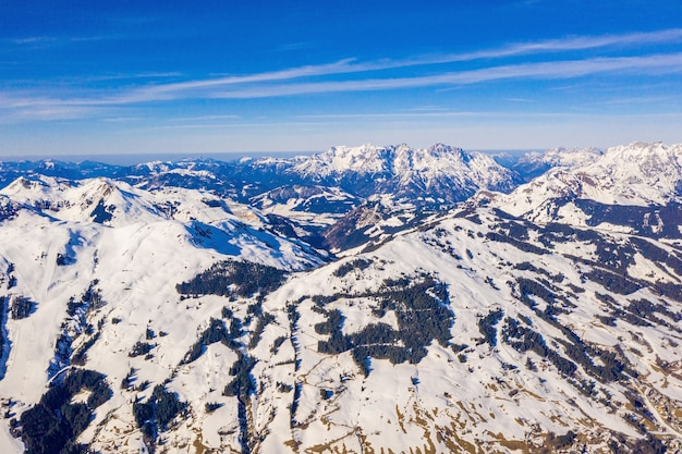 Zapierające dech w piersiach ujęcie górskiego krajobrazu pokrytego śniegiem w austrii