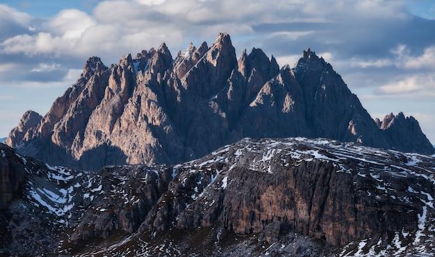 Zapierające dech w piersiach ujęcie góry cadini di misurina we włoskich alpach