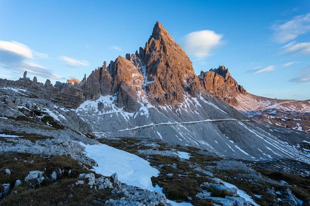 Zapierające dech w piersiach ujęcie góry paternkofel we włoskich alpach