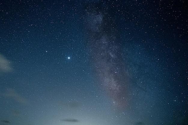 Zapierające dech w piersiach ujęcie gwiaździstej nocy na plaży bolonia, algeciras, cadiz, hiszpania